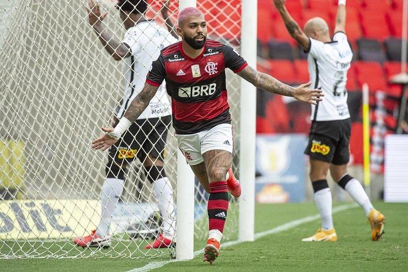 Flamengo vence o Corinthians e segue vivo na briga pelo título brasileiro