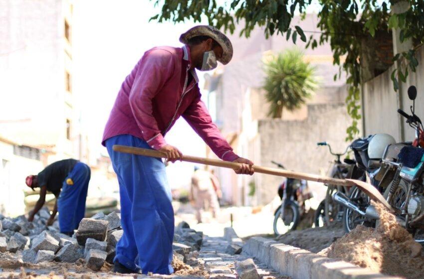 OBRA NA CIDADE! Tem calçamento sendo concluído na rua Manoel Antônio