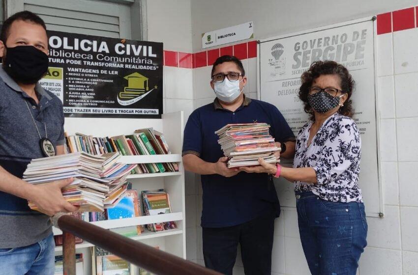 Diretora Escolar doa livros à biblioteca da Delegacia de Tobias Barreto