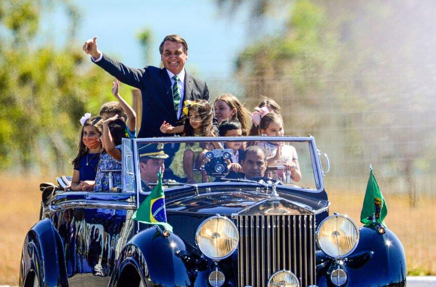 Bolsonaro desfila em Rolls Royce guiado por Nelson Piquet